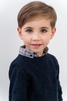 レンズを身に着けている肖像画の小さな男の子