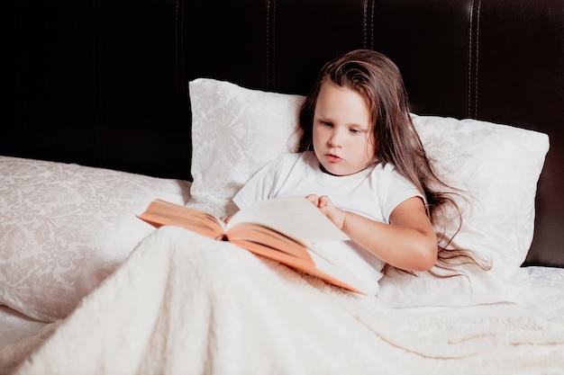 Портрет маленькая девочка читает книгу