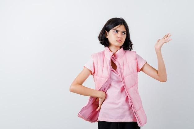 Ritratto di una bambina in maglietta bianca e giubbotto imbottito Foto Gratuite