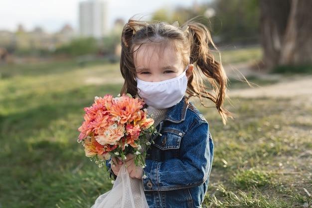 フェイスマスク保護を持つ少女の肖像画。コロナウイルス、covid-19