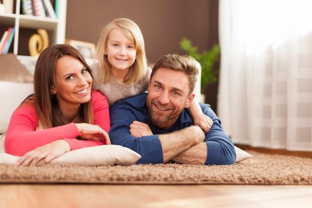 Ritratto della famiglia amorevole sul tappeto