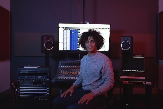 Ritratto di ingegnere audio maschio