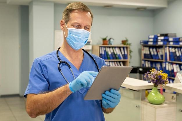 병원에서 세로 남성 의사
