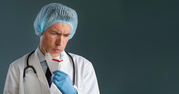 Ritratto dell'operatore sanitario maschio con lo spazio della copia