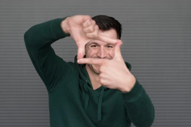 男性の指を作るポートレートスクエアシェイプ