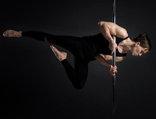 Ritratto del ballerino maschio del palo