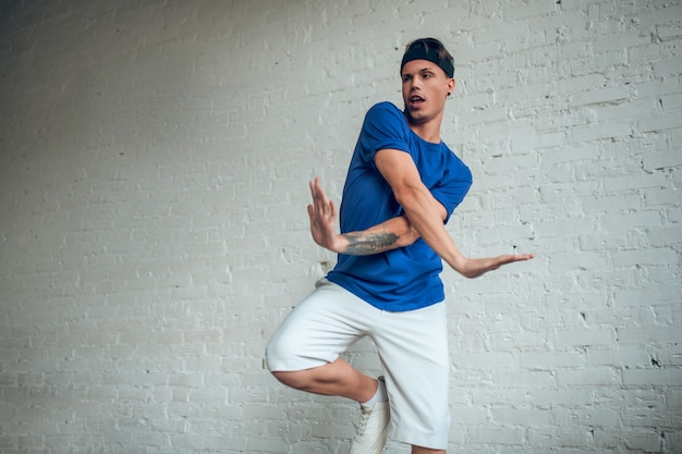 肖像画の男ダンス