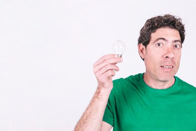 Ritratto di un uomo che tiene la lampadina