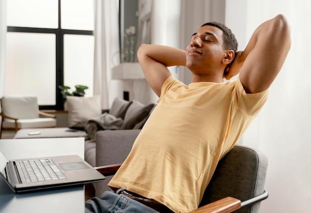 Ritratto uomo a casa rilassante