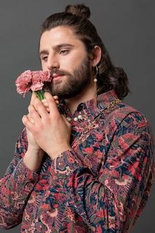 花を持ってポーズをとっておしゃれな服を着た肖像画の男