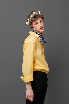 花の花輪を身に着けているファッショナブルなシャツの肖像画の男