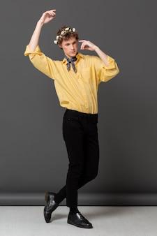 꽃 화 환을 입고 유행 셔츠에 세로 남자 무료 사진