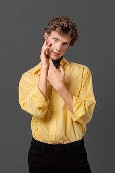 ファッショナブルなシャツの肖像画の男