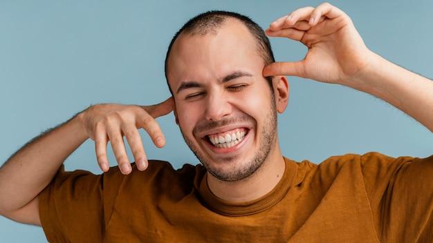 Портрет мужчины смеется