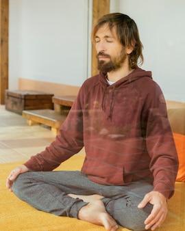 Uomo del ritratto che medita