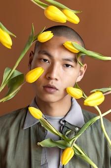 Портрет мужчины позирует с цветами