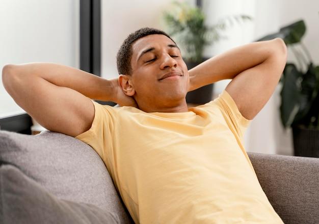 Uomo del ritratto in un momento di relax a casa