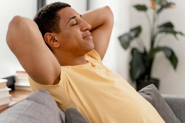 Uomo del ritratto in un momento di relax a casa Foto Gratuite