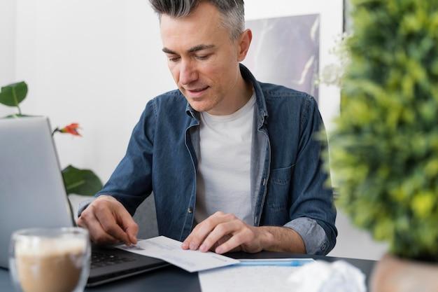 Портрет мужчины запечатывающий конверт