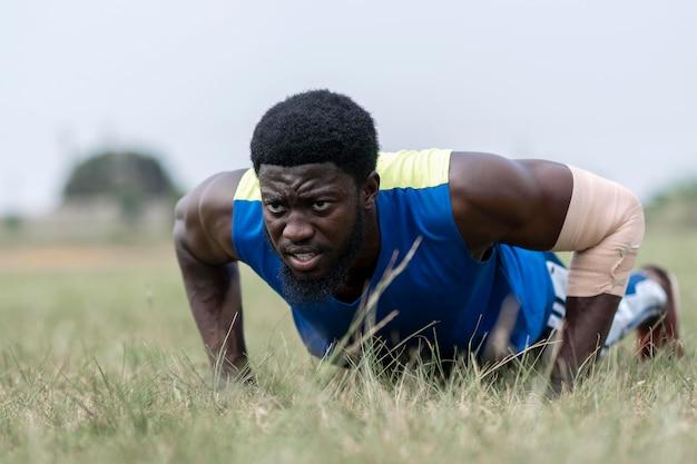 Портрет мужчины тренировки на открытом воздухе