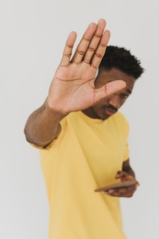 Ritratto di uomo utilizza lo smartphone e mostra stop