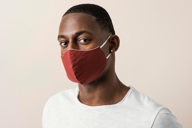 Ritratto di uomo che indossa la maschera per il viso