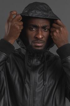 Ritratto di uomo che indossa una felpa con cappuccio