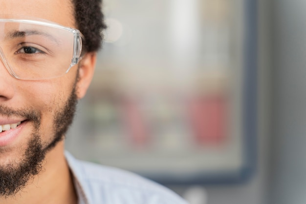 Ritratto di uomo che indossa occhiali protettivi con copia spazio
