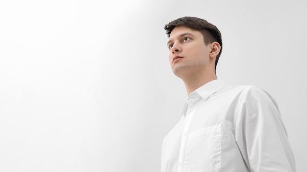 흰 옷을 입고 세로 남자
