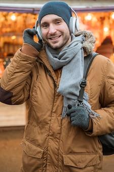 Ritratto di un uomo che indossa cuffie antirumore invernali