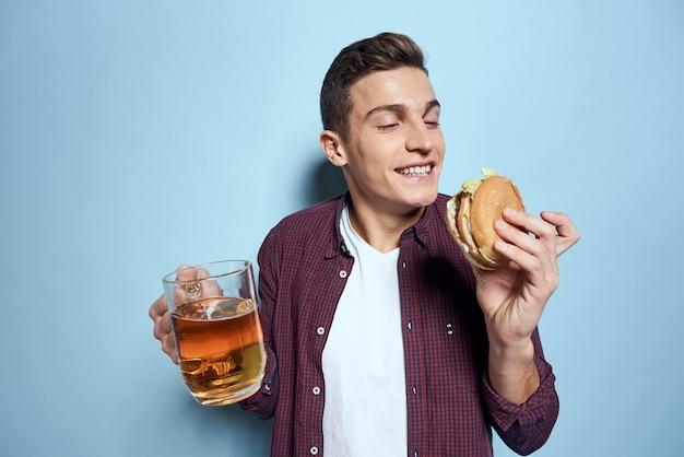 Портрет мужчины с кружкой пива и гамбургером