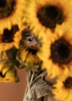 Портрет мужчины с цветами