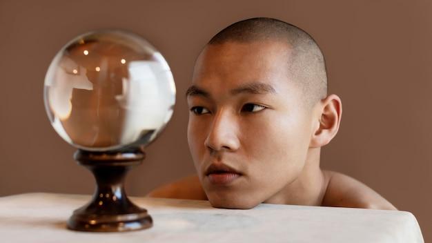地球を持つ肖像画の男