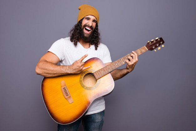 Портрет мужчины с гитарой
