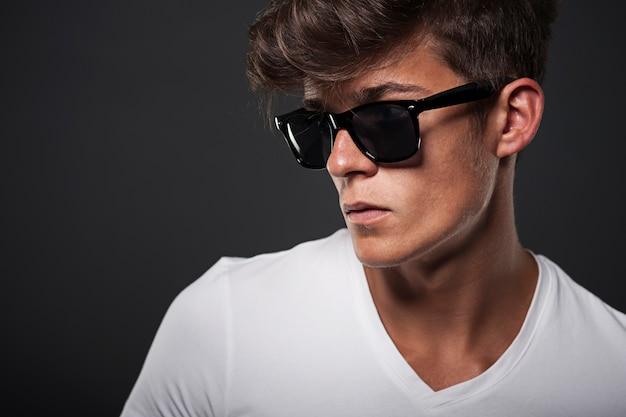 Ritratto di un uomo con gli occhiali hipster