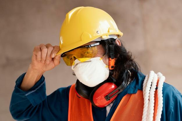 Портрет мужчины с оборудованием для обеспечения безопасности