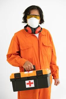 Uomo del ritratto con equipaggiamento di protezione di sicurezza e kit di pronto soccorso