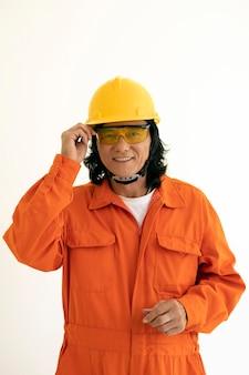 Uomo del ritratto con equipaggiamento di protezione di sicurezza