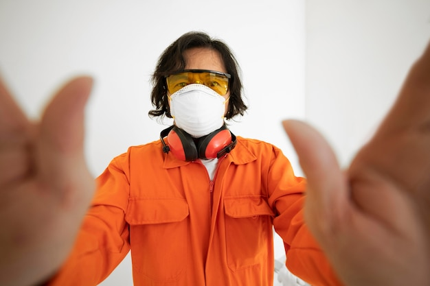 Портрет мужчины с защитным оборудованием