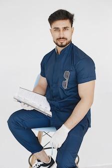 Un ritratto di un medico in posa su sfondo bianco