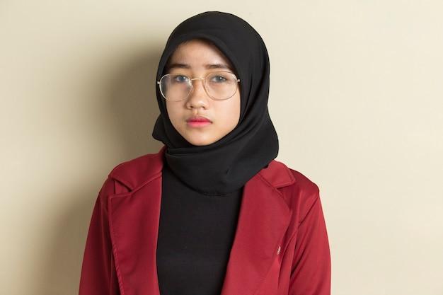 고립 된 안경 hijab를 입고 젊은 아름 다운 이슬람 여자의 초상화 모델