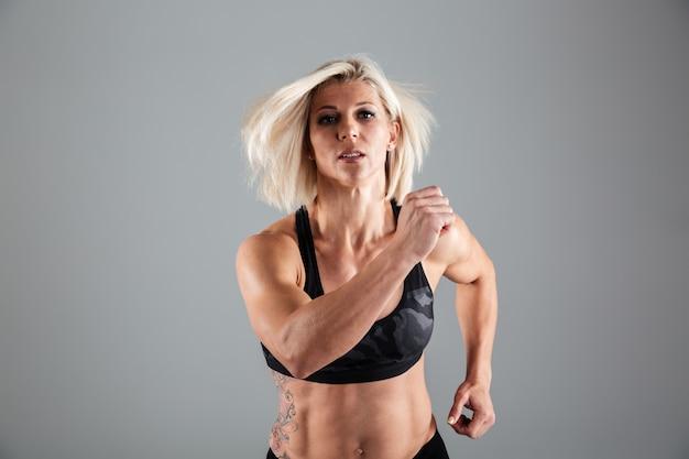 Ritratto di un atleta motivato adulto femminile in esecuzione