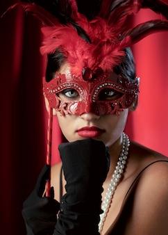 Ritratto di donna misteriosa con maschera di carnevale