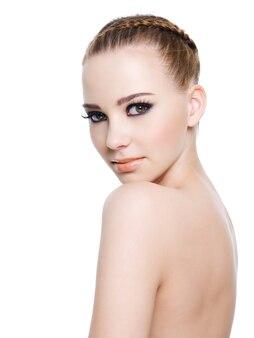 Ritratto di una donna nuda con trucco nero brillante.