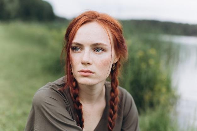 おさげ髪の肖像画の自然な顔のそばかすカジュアルな女性の肖像画ライフスタイル美少女