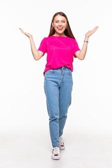 Ritratto di bella donna divertendosi alzando le mani in alto isolato