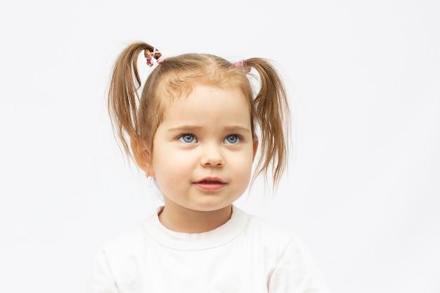 Портрет 2-летней девочки, изолированной на белом
