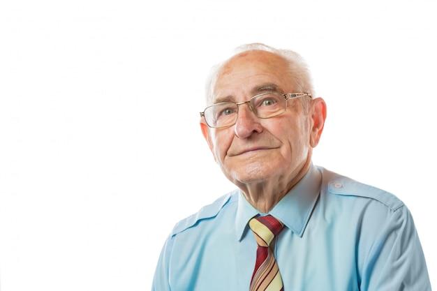 Портрет 90-ти летнего старшего человека в glaases смотря камеру изолированную на белой предпосылке.
