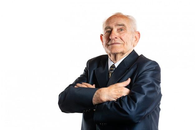Портрет серьезного красивого старшего человека 90 лет с портретом скрещенных рук изолированного на белизне