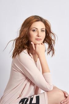 大人の女性の肖像、女性の自然な美しさ、若いきれいな肌、顔にしわがない